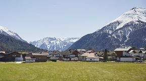 Route alpine de village dans les Alpes autrichiens - photo courante Photographie stock libre de droits