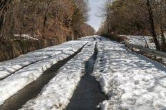 Route ascendante couverte par la neige photo libre de droits