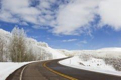 Route au-dessus de dessus de montagne, l'hiver Images stock