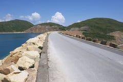 Route au-dessus du barrage du haut réservoir d'île chez Hong Kong Global Geopark, Hong Kong, Chine Images stock
