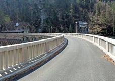 Route au-dessus du barrage sur le lac photos stock