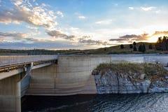 Route au-dessus du mur de barrage de Jindabyne avec le fond de montagne Image libre de droits
