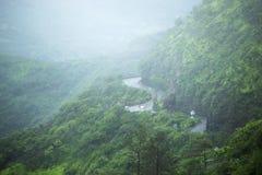 Route au fort de Sinhgad par temps pluvieux, maharashtra, Pune image libre de droits