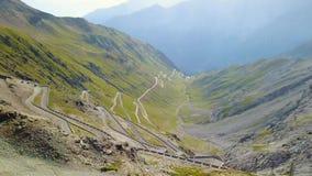 Route au passage de montagne de Stelvio en Italie Vue aérienne des courbures de montagne banque de vidéos