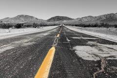 Route au pin solitaire dans les collines de l'Alabama, Sierra Nevada, la Californie, Etats-Unis images stock