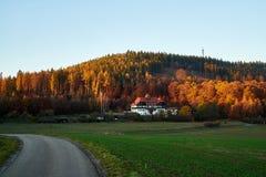 Route au vieux sanatorium d'enfants pendant l'heure d'or image stock