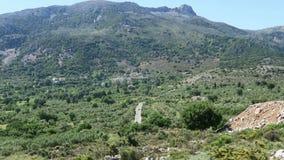 Route au village de montagne Krasi sur Crète /Greece Entraînement le long d'une route avec la vue au-dessus de la baie de Malia banque de vidéos