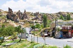 Route aux églises antiques de caverne dans Goreme image libre de droits