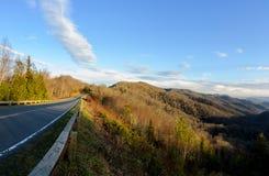 Route aux montagnes fumeuses Images stock