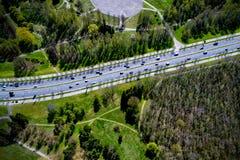 Route avec beaucoup de voitures dans la ville Photos libres de droits