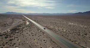 Route avec déplacer la voiture de SUV dans Death Valley aux Etats-Unis clips vidéos