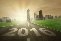 Route avec des numéros 2016 et flèche ascendante Image libre de droits
