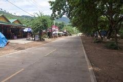 Route avec des restaurants près de Kampot Photos stock