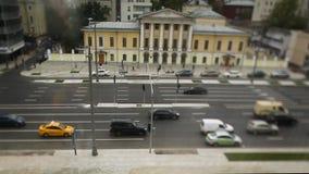 Route avec des voitures dans la précipitation du trafic longueur Brouillez l'embouteillage avec la lumière de bokeh, fond de tran banque de vidéos