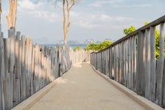 Route avec la barrière au bord de la mer Photos stock
