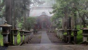 Route avec la lanterne en pierre dans le tombeau de Shinto antique Le temple dans le brouillard Mitsumine japan Chichibu Saitama banque de vidéos
