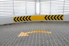 Route avec la texture de route et les signes de route antidérapage Photo stock