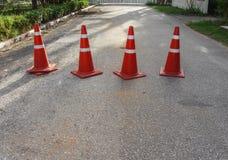 Route avec le cône du trafic Blanc et orange de cône du trafic de rangée Photographie stock libre de droits