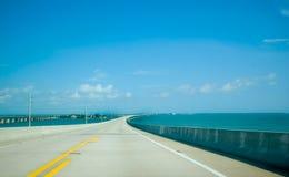Route avec le ciel bleu Image libre de droits