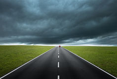 Route avec le ciel nuageux Photos stock