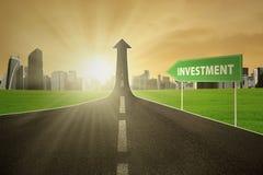Route avec le texte d'investissement Images libres de droits