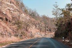 Route avec les montagnes brunes Photo stock