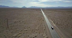 Route avec les voitures mobiles dans Death Valley aux Etats-Unis clips vidéos