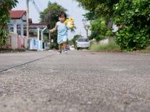 Route bétonnée dans le composé où petit bébé asiatique employant comme terrain de jeu et endroit pour apprendre comment marcher image libre de droits