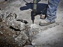 Route bétonnée de ciment de perçage d'homme images stock
