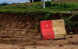Route bétonnée rayée rouge et blanche Image libre de droits
