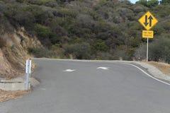 Route bi-directionnelle étroite du trafic Photographie stock