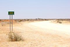 Route blanche du gravier 4WD désolée, Namibie Photo stock