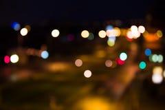 Route brouillée avec des lumières de ville à Photo stock