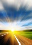 Route brouillée et ciel brouillé par bleu Image stock