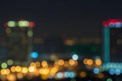 Route brouillée et horizon la nuit pour des concepts d'entreprise constituée en société et l'urbanisme urbain Gratte-ciel au crép Photographie stock libre de droits