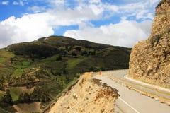 Route cassée dans les montagnes péruviennes Image libre de droits