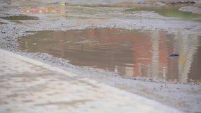 Route cassée en gros plan sans asphalte avec les magmas sales énormes sur lesquels voitures passant avec la difficulté dans la co clips vidéos