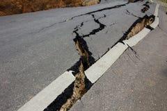 Route cassée par un tremblement de terre en Chiang Rai, Thaïlande Photos libres de droits
