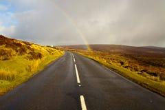 route cependant l'arc-en-ciel Photo libre de droits