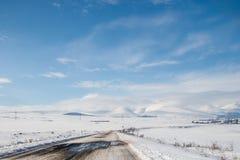 Route couverte de neige d'hiver dans les montagnes géorgiennes Photo libre de droits