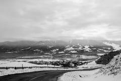Route couverte de neige d'hiver dans les montagnes géorgiennes Photo stock