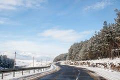 Route couverte de neige d'hiver dans les montagnes géorgiennes Image stock