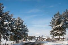 Route couverte de neige d'hiver dans les montagnes géorgiennes Image libre de droits