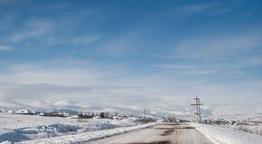 Route couverte de neige d'hiver dans les montagnes géorgiennes Images libres de droits