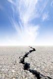 Route criquée avec le nuage Images libres de droits