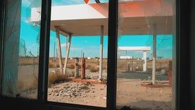 Route 66 crisisweg 66 die gebroken de levensstijlvideo van brandstof voorzien van de venster langzame motie Oud vuil verlaten ben stock videobeelden