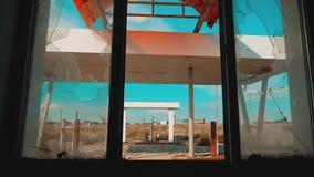 Route 66 crisisweg 66 die gebroken venster langzame geanimeerde video van brandstof voorzien Oud vuil verlaten benzinestation U S stock footage