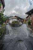 Route dédoublée dans un jour pluvieux Photo libre de droits