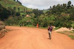 Route d'enroulement aboutissant par l'Ouganda images stock