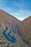 Route d'enroulement dans les montagnes d'atlas, Maroc Image stock
